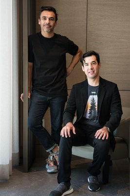 Gerardo Ortiz, co-fundador de Brands&People (izq), con Manuel Rivero, CEO de Hey Banco. Foto: Brands&People + Hey Banco.